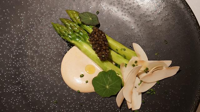 ESPÁRRAGO VERDE con caviar imperial y mahonesa de setas